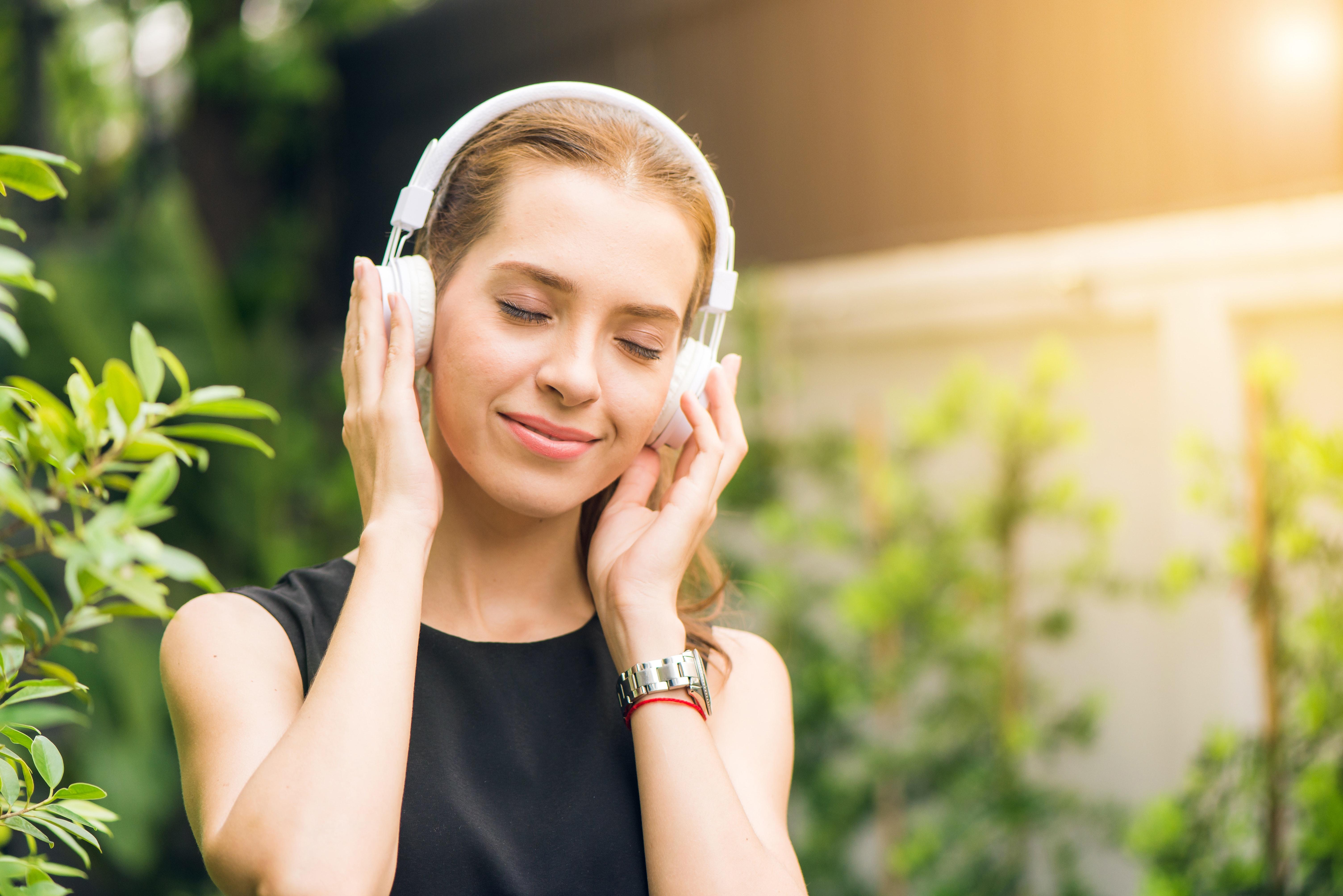 Lyt til musikken derhjemme